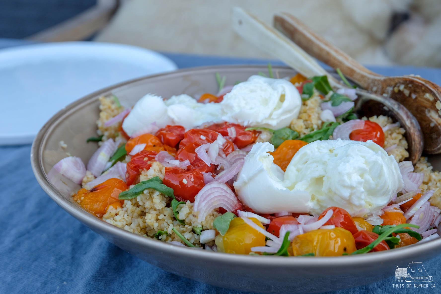 thuis op nummer 14 - rucolasalade met geroosterde tomaat, bulgur & mozzarella