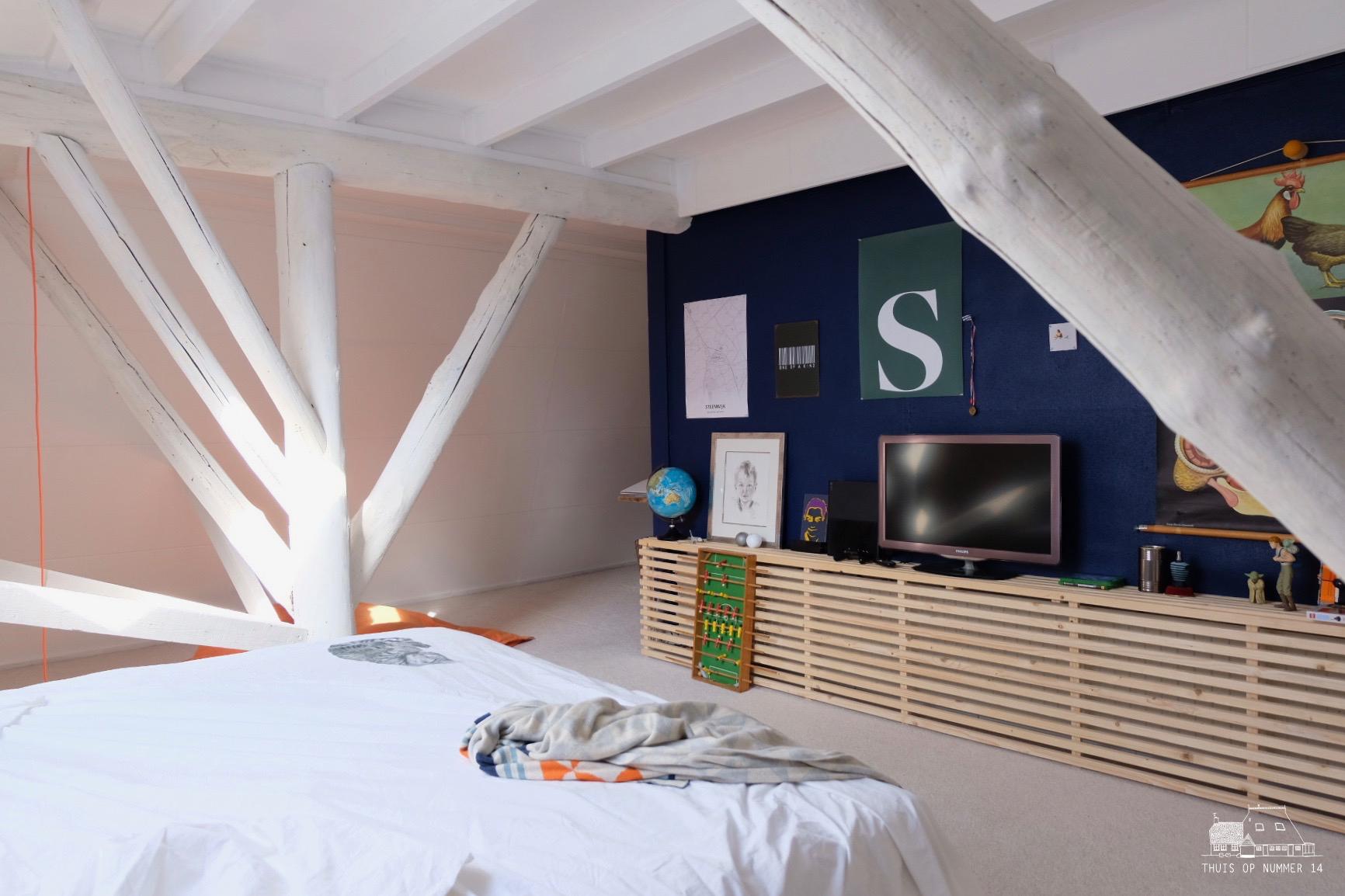 radiatorombouw #diy , blauwe wand #lushindigo , wanddecoratie en de witgeschilderde balken