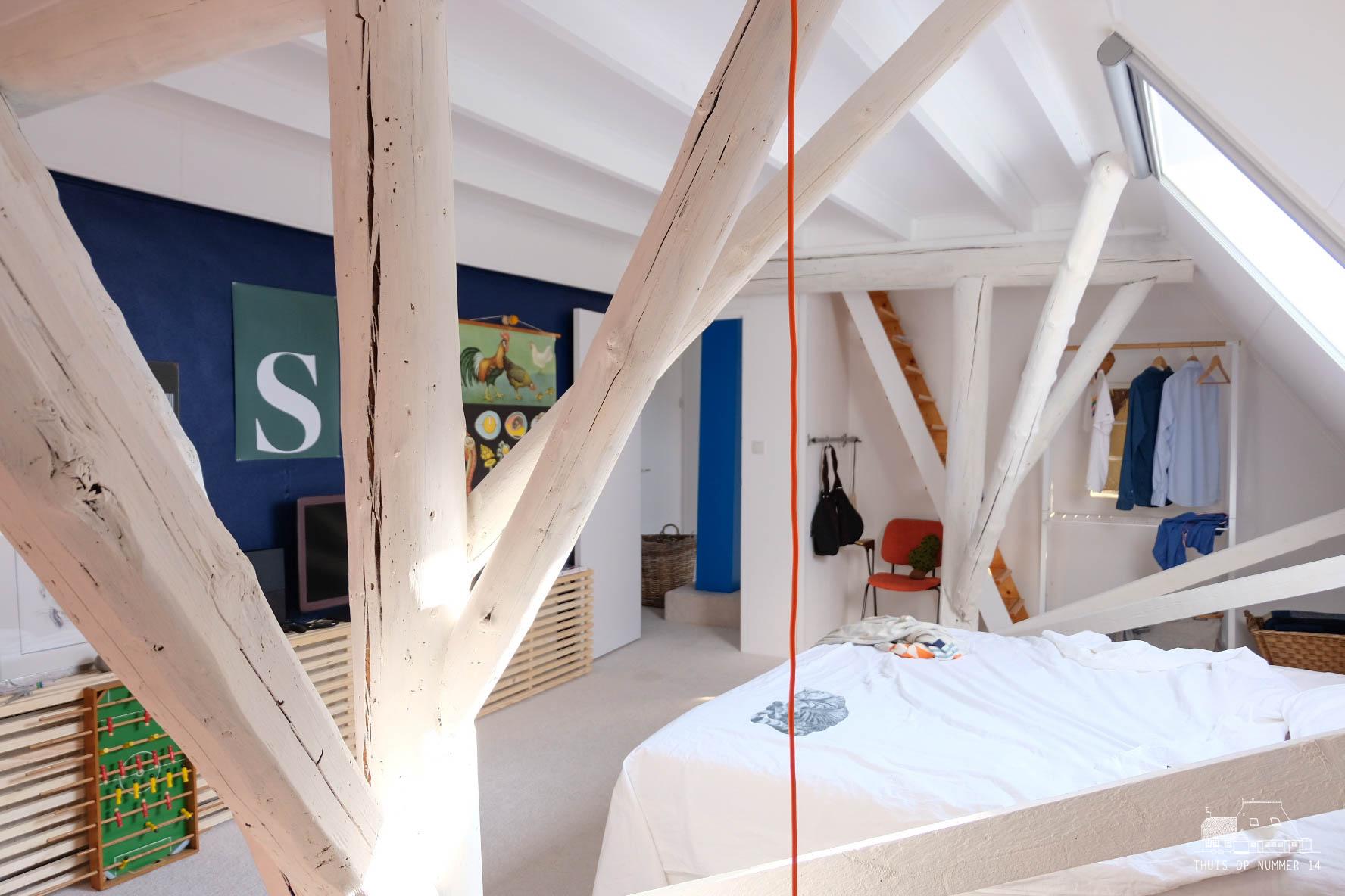 blauwe wand #lushindigo, witgeschilderde balken en het nieuwe bed