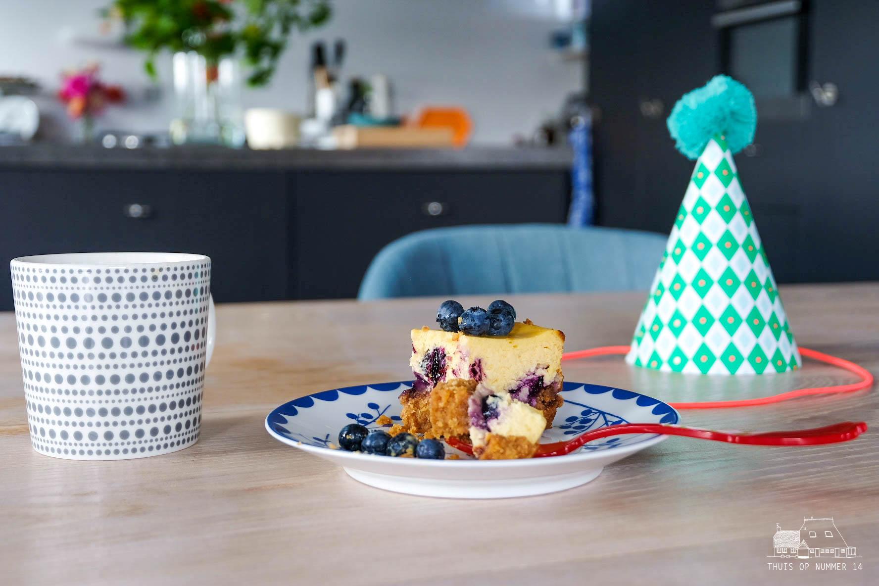 Overheerlijke blauwe-bessencheesecake! Hij is crunchy, romig en fris.