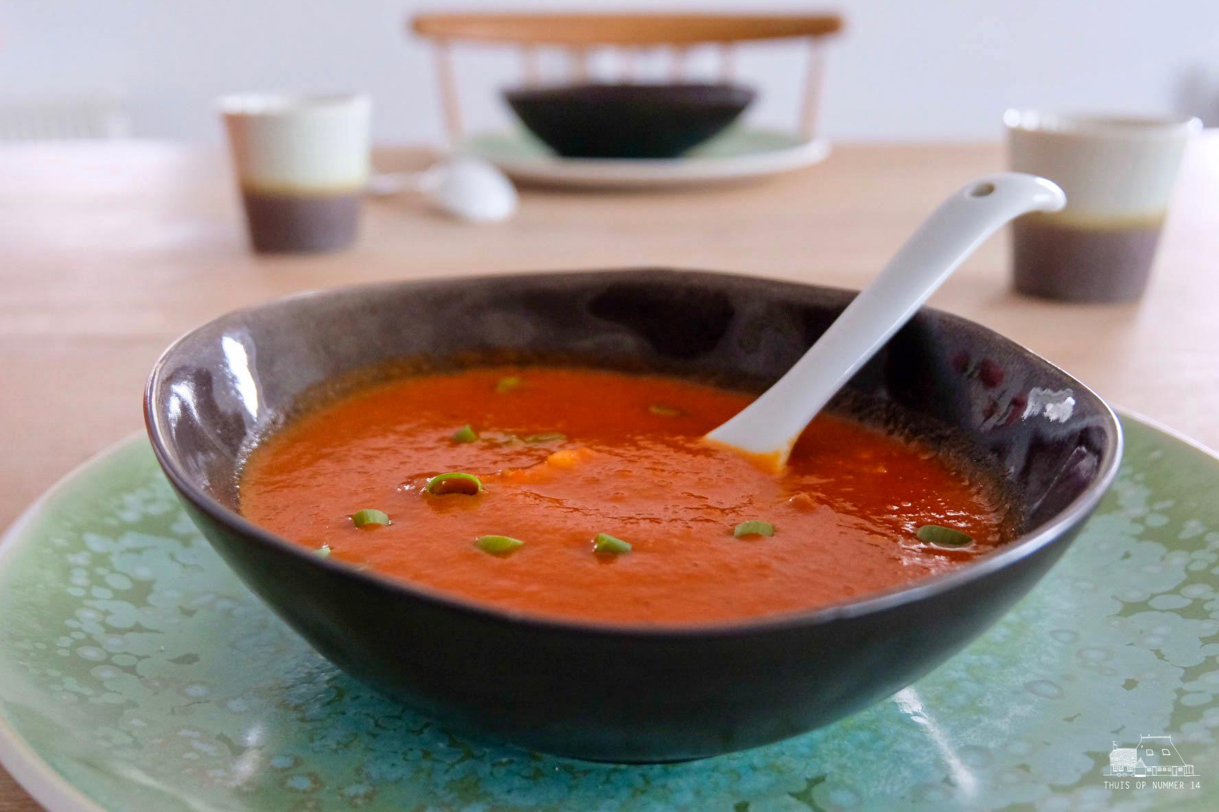 Tomaten-paprikasoep, een volledige maaltijd.