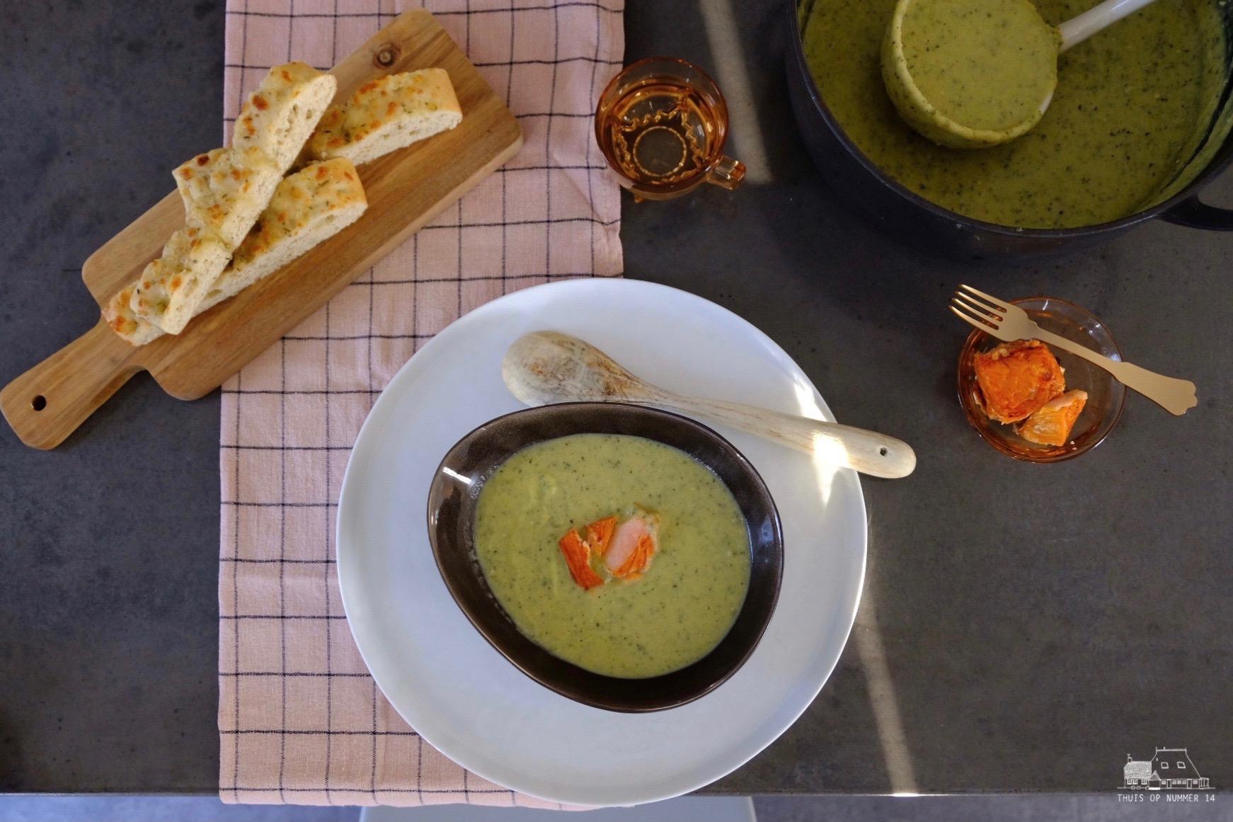 Courgettesoep met kruidenroomkaas.